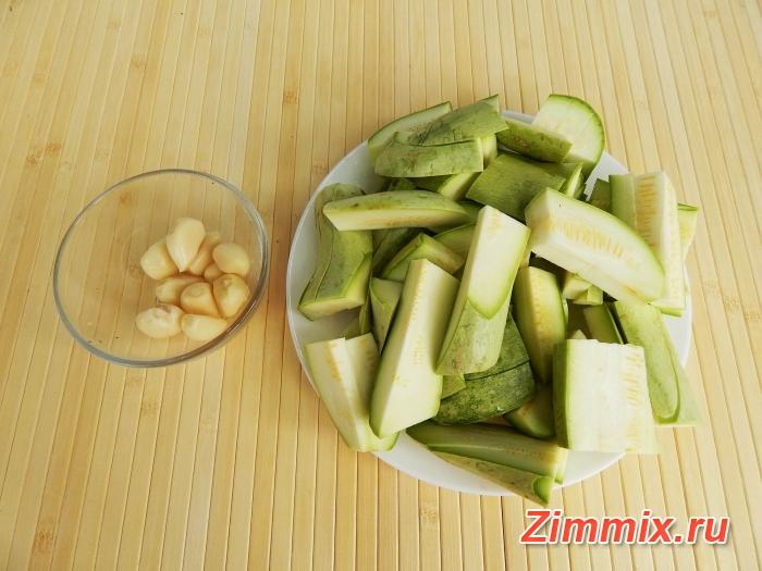 Кабачковая икра с майонезом и чесноком рецепт на зиму - шаг 1