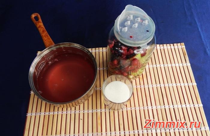 Компот из малины, смородины и яблок на зиму - шаг 3