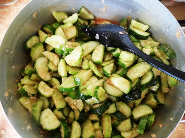 Салат из огурцов и краснодарского соуса на зиму - шаг 5